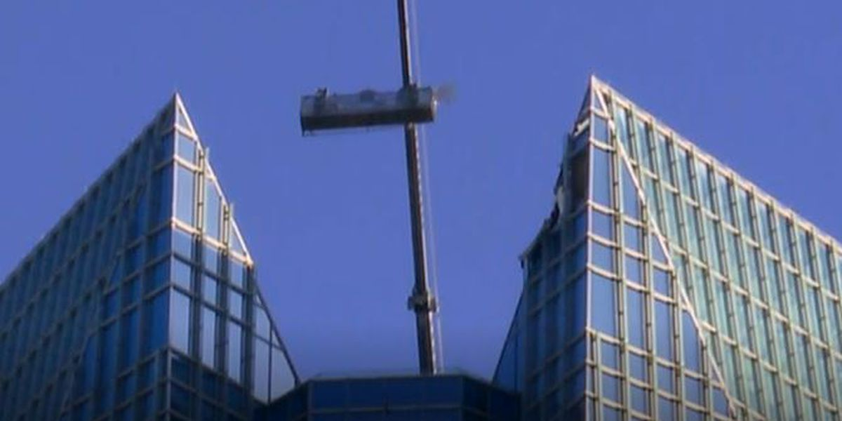2 window washers rescued from scaffold near top of 50-story tower