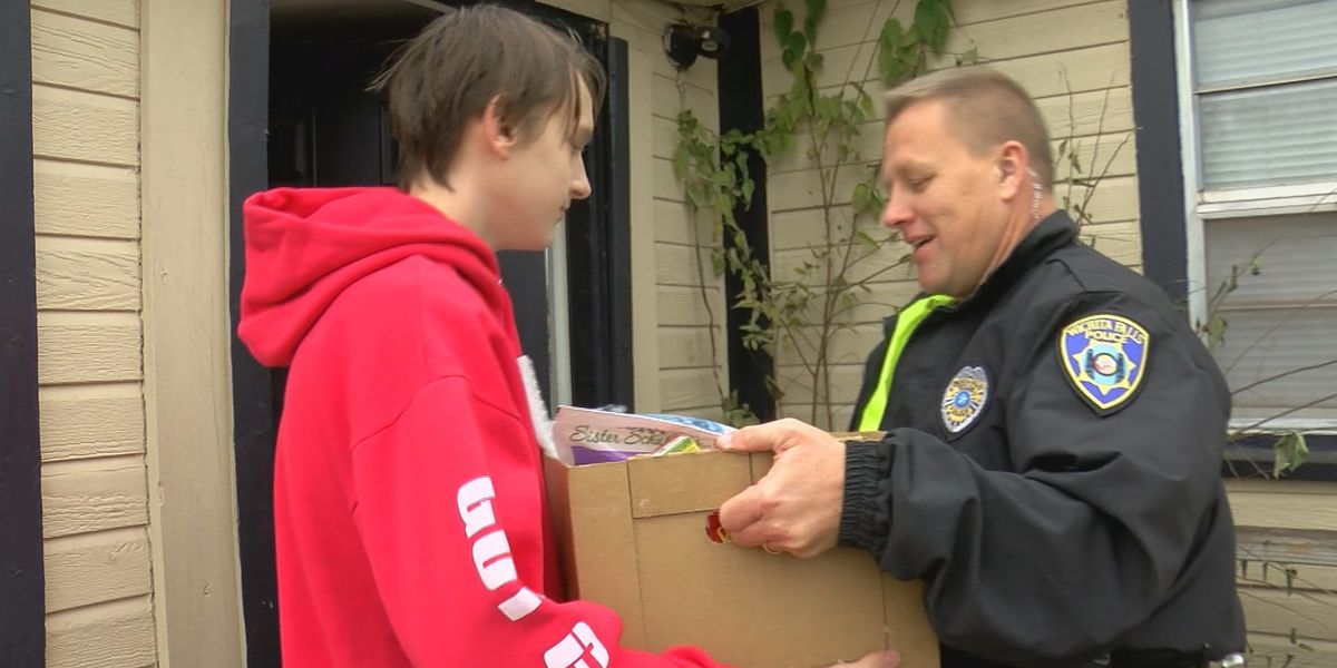 WFPD officers deliver Thanksgiving meals to families in need