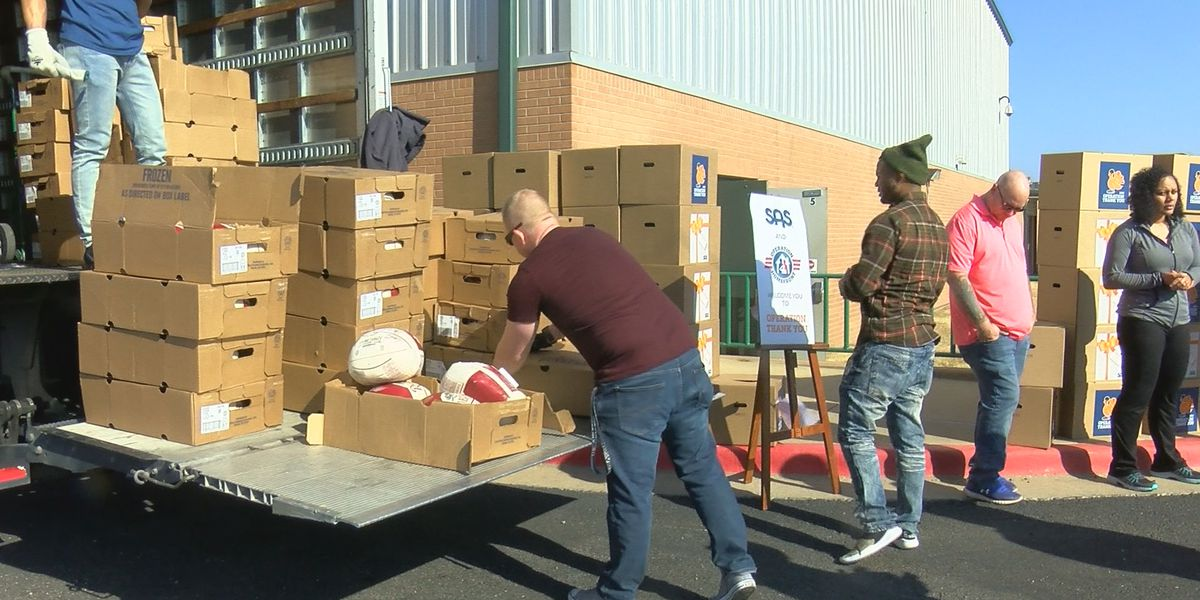 Military families receive sponsored holiday meals