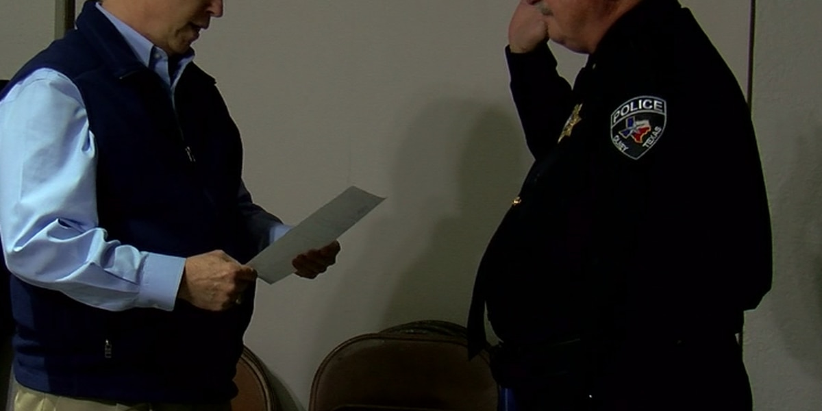 Olney police chief gets sworn in